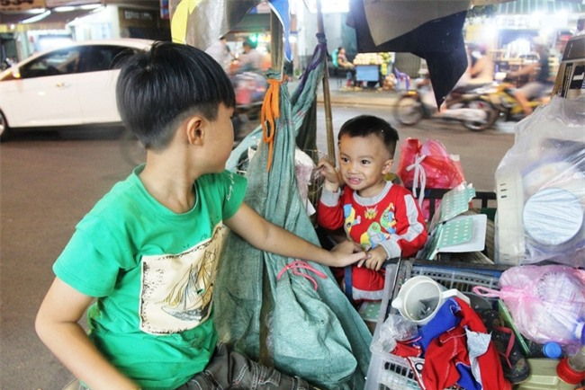Bốn mẹ con trên chuyến xe rác ở Sài Gòn: Dù thế nào cũng phải lo cho tụi nhỏ đi học - Ảnh 10.