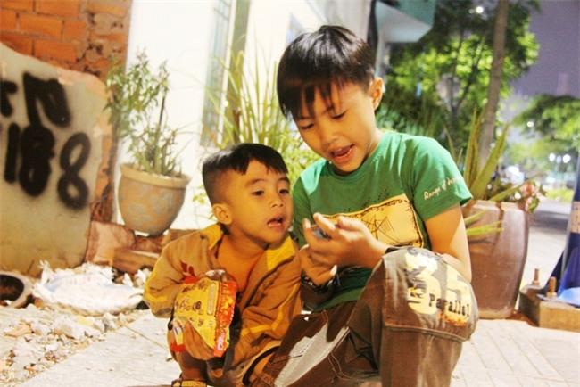 Bốn mẹ con trên chuyến xe rác ở Sài Gòn: Dù thế nào cũng phải lo cho tụi nhỏ đi học - Ảnh 11.
