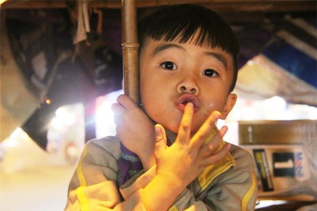 Bốn mẹ con trên chuyến xe rác ở Sài Gòn: Dù thế nào cũng phải lo cho tụi nhỏ đi học - Ảnh 14.
