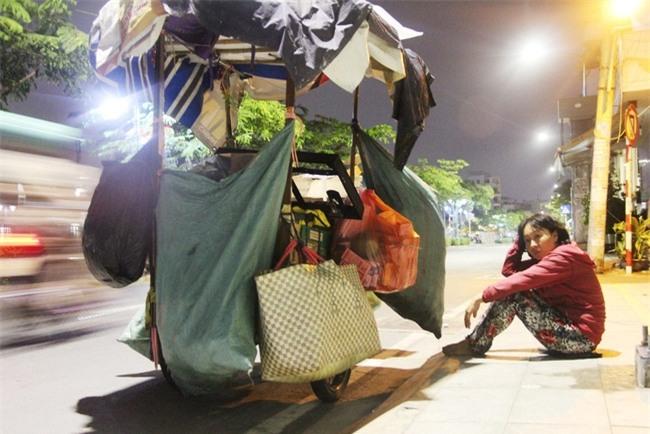 Bốn mẹ con trên chuyến xe rác ở Sài Gòn: Dù thế nào cũng phải lo cho tụi nhỏ đi học - Ảnh 15.