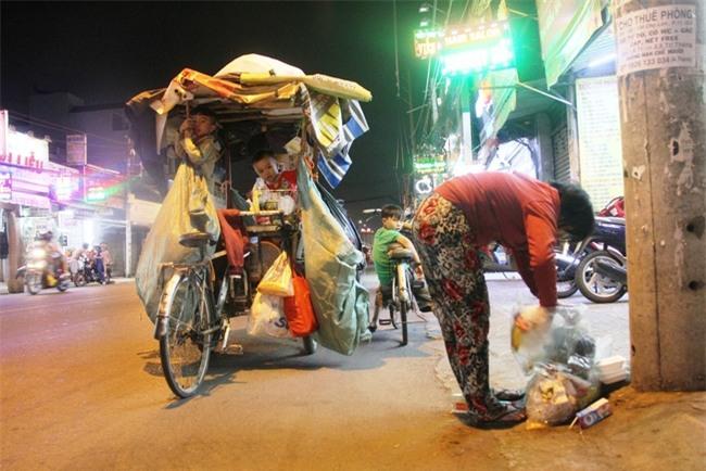 Bốn mẹ con trên chuyến xe rác ở Sài Gòn: Dù thế nào cũng phải lo cho tụi nhỏ đi học - Ảnh 16.