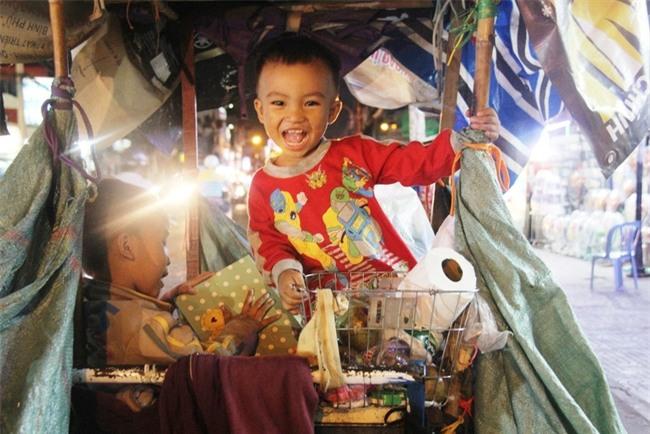 Bốn mẹ con trên chuyến xe rác ở Sài Gòn: Dù thế nào cũng phải lo cho tụi nhỏ đi học - Ảnh 2.