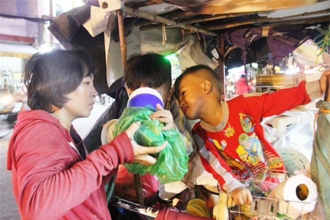 Bốn mẹ con trên chuyến xe rác ở Sài Gòn: Dù thế nào cũng phải lo cho tụi nhỏ đi học - Ảnh 3.