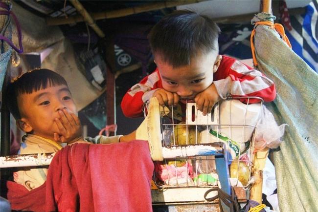 Bốn mẹ con trên chuyến xe rác ở Sài Gòn: Dù thế nào cũng phải lo cho tụi nhỏ đi học - Ảnh 4.