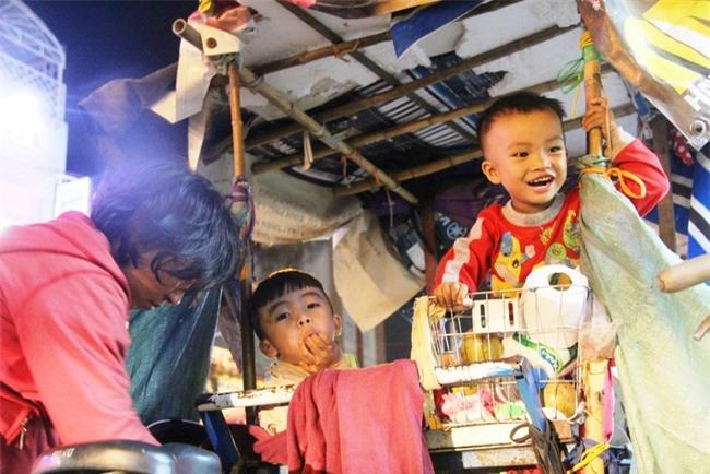 Bốn mẹ con trên chuyến xe rác ở Sài Gòn: Dù thế nào cũng phải lo cho tụi nhỏ đi học - Ảnh 5.