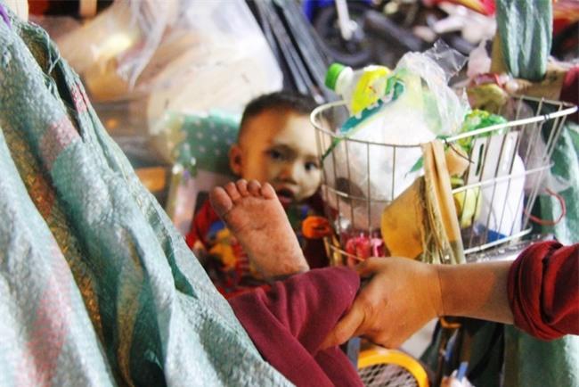 Bốn mẹ con trên chuyến xe rác ở Sài Gòn: Dù thế nào cũng phải lo cho tụi nhỏ đi học - Ảnh 6.