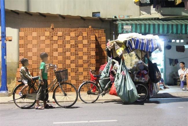 Bốn mẹ con trên chuyến xe rác ở Sài Gòn: Dù thế nào cũng phải lo cho tụi nhỏ đi học - Ảnh 7.