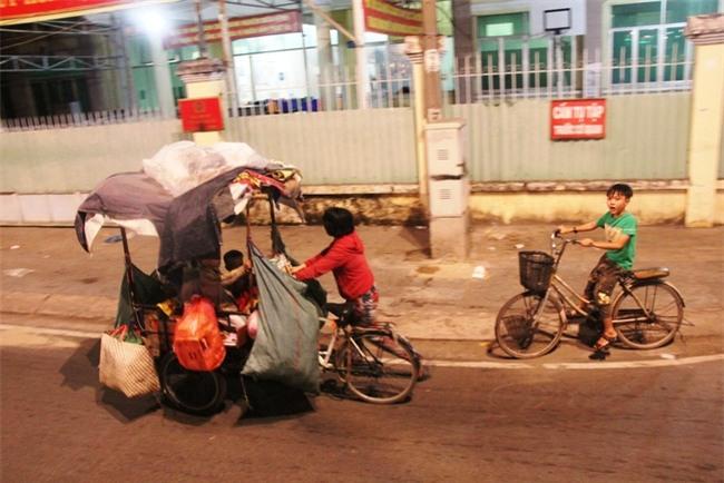 Bốn mẹ con trên chuyến xe rác ở Sài Gòn: Dù thế nào cũng phải lo cho tụi nhỏ đi học - Ảnh 8.