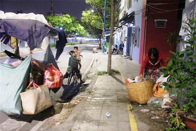 Bốn mẹ con trên chuyến xe rác ở Sài Gòn: Dù thế nào cũng phải lo cho tụi nhỏ đi học - Ảnh 17.