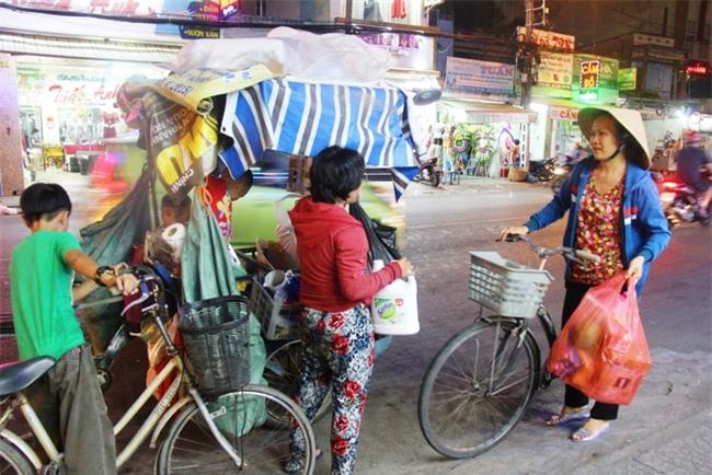 Bốn mẹ con trên chuyến xe rác ở Sài Gòn: Dù thế nào cũng phải lo cho tụi nhỏ đi học - Ảnh 18.