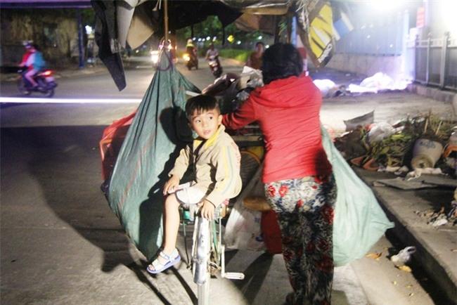 Bốn mẹ con trên chuyến xe rác ở Sài Gòn: Dù thế nào cũng phải lo cho tụi nhỏ đi học - Ảnh 19.
