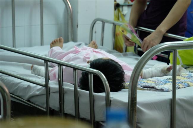 Thương tâm bé trai 5 tuổi bị điện giật khiến hoại tử nặng hai bàn tay - Ảnh 3.