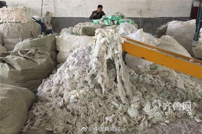 Tã giấy người lớn sản xuất từ phế liệu bốc mùi, mang mầm bệnh hại người tiêu dùng - Ảnh 3.