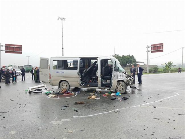 Vụ xe đón dâu đâm vào xe tải: 12 người xuất viện, 4 người đã qua cơn nguy kịch - Ảnh 1.