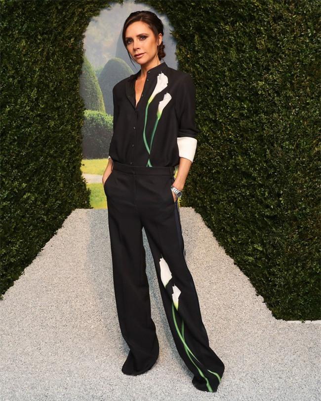 Lần đầu tiên trong đời, Victoria Beckham ra đường chỉ với một trang phục giá hơn 1 triệu đồng! - Ảnh 1.