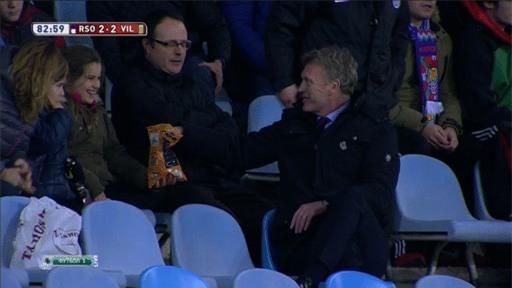Khi bánh, chuối, bim bim, thậm chí cả gỉ mũi là thức ăn giữa trận của cầu thủ, huấn luyện viên - Ảnh 6.