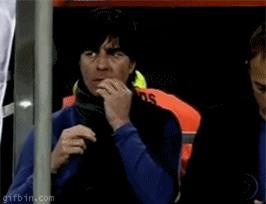 Khi bánh, chuối, bim bim, thậm chí cả gỉ mũi là thức ăn giữa trận của cầu thủ, huấn luyện viên - Ảnh 7.