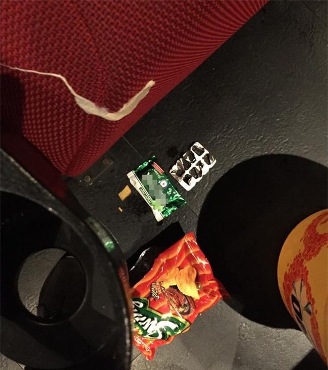 Ám ảnh kinh hoàng của nhân viên rạp phim khi gặp khách nằm trong diện tiết kiệm mà thiếu ý thức - Ảnh 1.