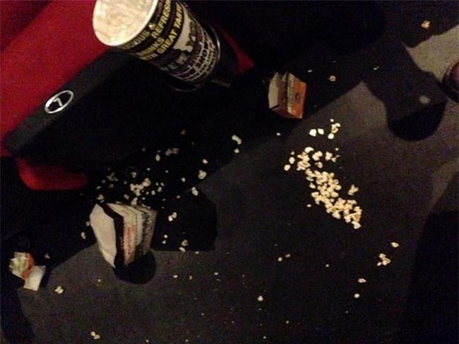 Ám ảnh kinh hoàng của nhân viên rạp phim khi gặp khách nằm trong diện tiết kiệm mà thiếu ý thức - Ảnh 2.
