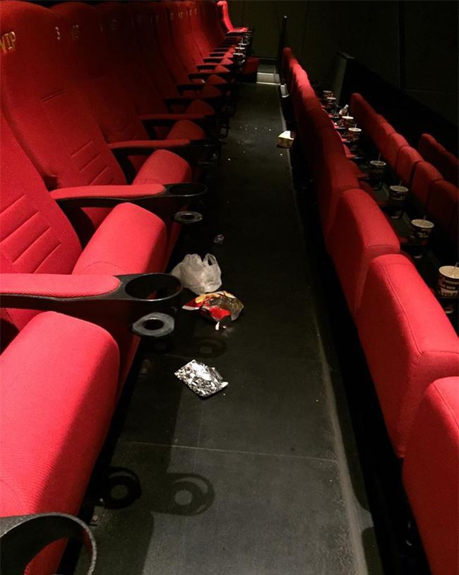 Ám ảnh kinh hoàng của nhân viên rạp phim khi gặp khách nằm trong diện tiết kiệm mà thiếu ý thức - Ảnh 3.