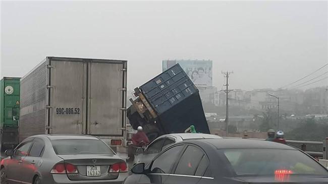 Hien truong 3 xe container dam lien hoan, cam dau xuong cau Thanh Tri hinh anh 2