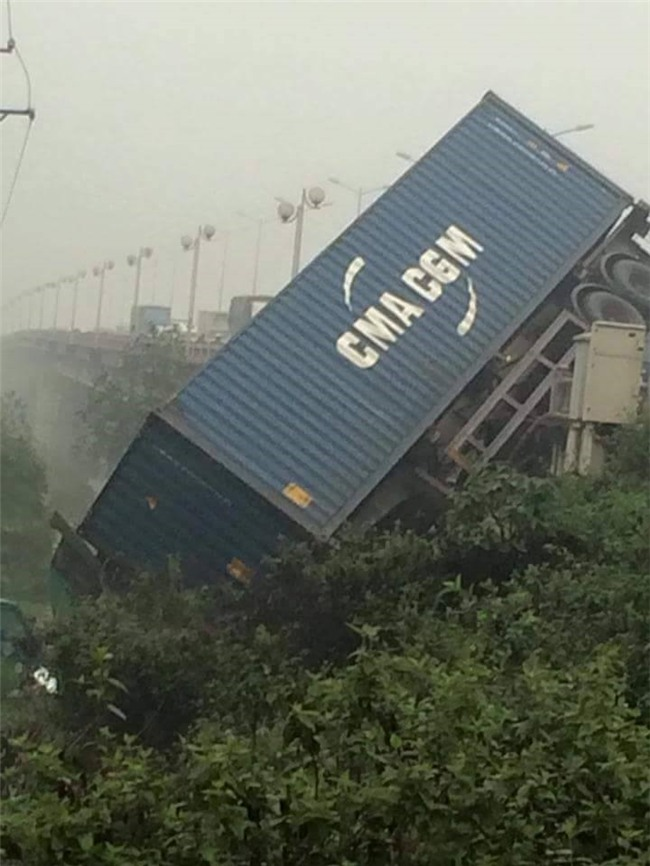 Hien truong 3 xe container dam lien hoan, cam dau xuong cau Thanh Tri hinh anh 4