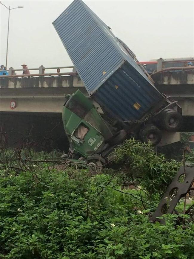Hien truong 3 xe container dam lien hoan, cam dau xuong cau Thanh Tri hinh anh 8