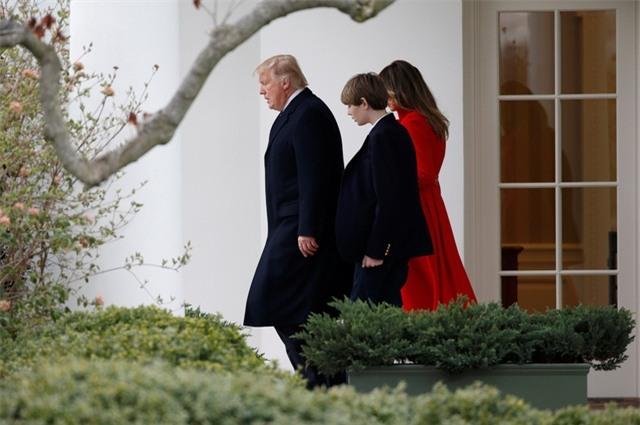 Hôm qua 17/3, Đệ nhất phu nhân Melania Trump và con trai út Barron Trump đã tới thủ đô Washington và tới Nhà Trắng để gặp Tổng thống Donald Trump. Sự xuất hiện của vợ và con trai tân tổng thống đã thu hút sự chú ý của truyền thông vì đây là lần đầu tiên Barron Trump tới Nhà Trắng từ sau lễ nhậm chức của cha hôm 20/1.