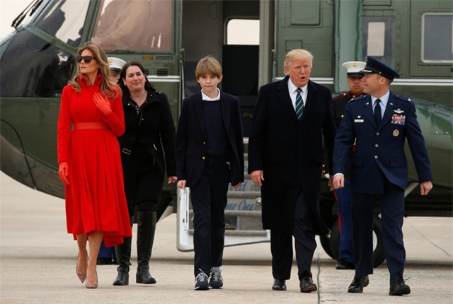 Từ căn cứ Andrews, Tổng thống Trump cùng Đệ nhất phu nhân và con trai út sẽ lên chuyên cơ Không Lực Một, di chuyển tới khu nghỉ dưỡng Mar-a-Lago của gia đình ông ở Palm Beach, bang Florida để tận hưởng kì nghỉ cuối tuần tại đây. Trong ảnh: Gia đình Tổng thống Trump bước xuống căn cứ không quân Andrews.