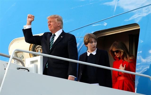 Tổng thống Trump tới Mar-a-Lago sau khi tiếp đón trọng thể Thủ tướng Đức Angela Merkel tại Nhà Trắng. Đây là chuyến đi thứ 5 của ông Trump tới khu nghỉ dưỡng xa hoa này kể từ khi nhậm chức. Trong ảnh: Gia đình Tổng thống Trump chuẩn bị bước từ chuyên cơ Không lực Một xuống sân bay ở Florida.
