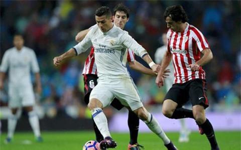 Ronaldo có ngày thi đấu khá vô duyên. Tuy nhiên, anh vẫn có 1 đường dọn cỗ cho Benzema lập công