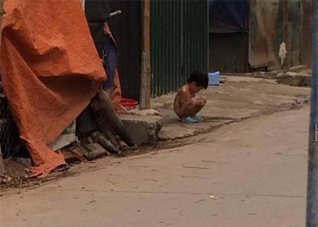 Người thân của bé gái bị bắt cởi hết đồ đứng ngoài mưa rét: Ngày nào mẹ con bé cũng lột đồ nó - Ảnh 2.