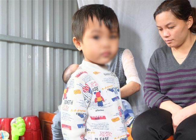 Người thân của bé gái bị bắt cởi hết đồ đứng ngoài mưa rét: Ngày nào mẹ con bé cũng lột đồ nó - Ảnh 4.