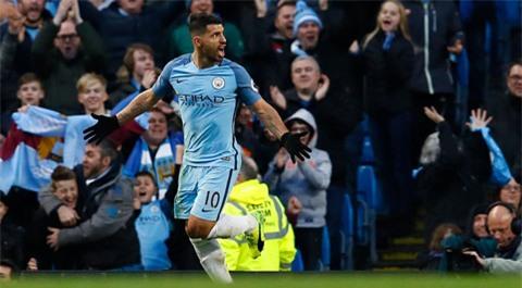 Aguero đệm bóng cận thành ghi bàn cho Man City