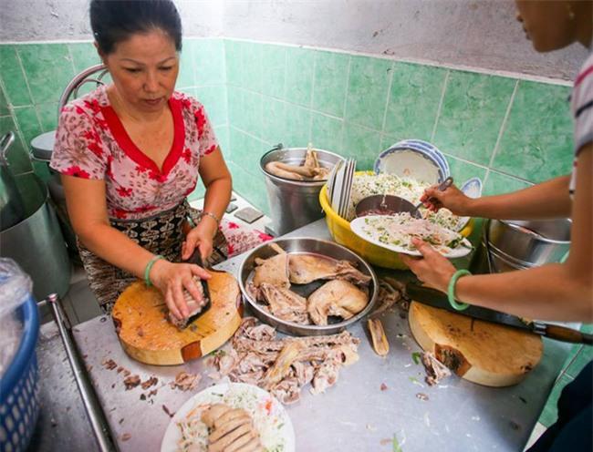 6 quán ăn bình dân chẳng cần quảng cáo nhưng lúc nào cũng tấp nập khách ở Sài Gòn - Ảnh 1.