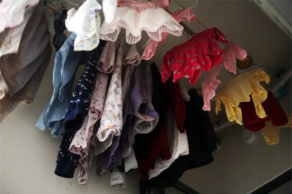 Trời nồm ẩm, cửa hàng giặt là làm việc xuyên đêm, thu 3-4 triệu/ngày - Ảnh 1.