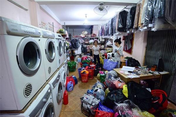 Trời nồm ẩm, cửa hàng giặt là làm việc xuyên đêm, thu 3-4 triệu/ngày - Ảnh 3.