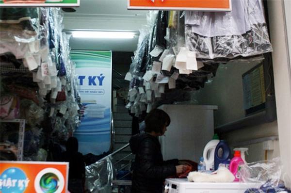 Trời nồm ẩm, cửa hàng giặt là làm việc xuyên đêm, thu 3-4 triệu/ngày - Ảnh 4.