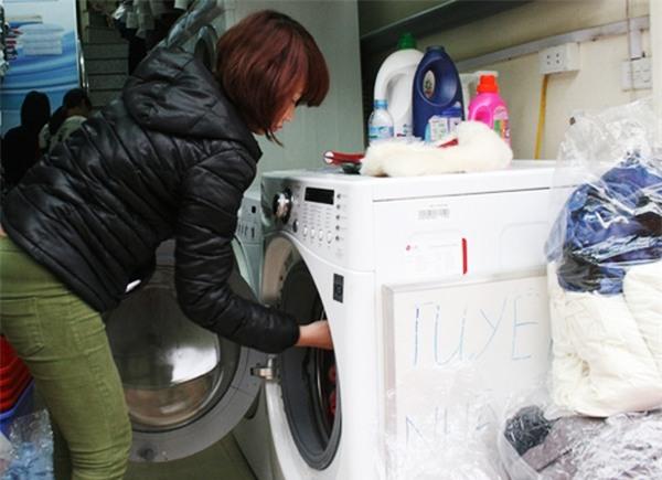 Trời nồm ẩm, cửa hàng giặt là làm việc xuyên đêm, thu 3-4 triệu/ngày - Ảnh 5.