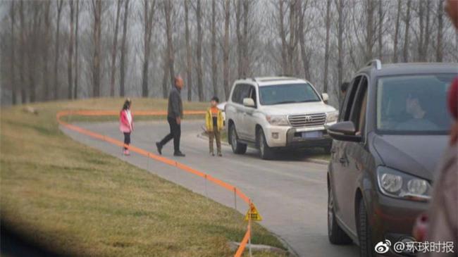 Trung Quốc: Cả gia đình hồn nhiên tản bộ giữa khu vực công viên từng có hổ vồ chết người - Ảnh 1.