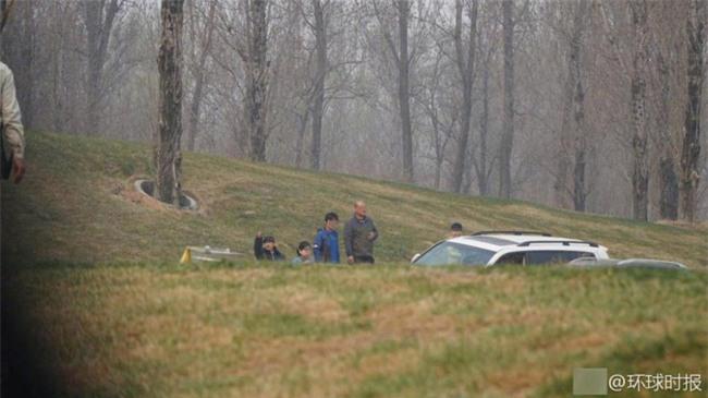 Trung Quốc: Cả gia đình hồn nhiên tản bộ giữa khu vực công viên từng có hổ vồ chết người - Ảnh 2.