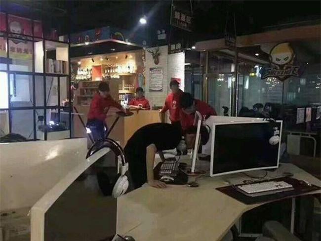Uất ức vì đồng đội chơi kém, game thủ dùng đầu đâm thủng màn hình máy tính trong quán net - Ảnh 2.