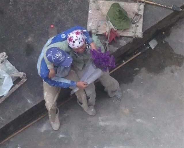 Ngày Quốc tế hạnh phúc, ngắm khoảnh khắc cặp đôi công nhân ôm hôn nhau giữa lấm lem... - Ảnh 2.