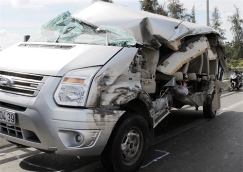 Phần hông xe bị xé toạc sau va chạm trong vụ xe đi đám cưới gặp nạn ở miền Tây