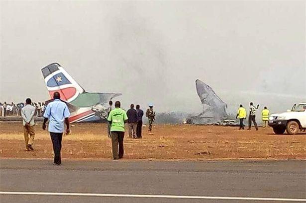 NÓNG: Máy bay chở 44 người gặp tai nạn vỡ tan tành và bốc cháy dữ dội - Ảnh 1.