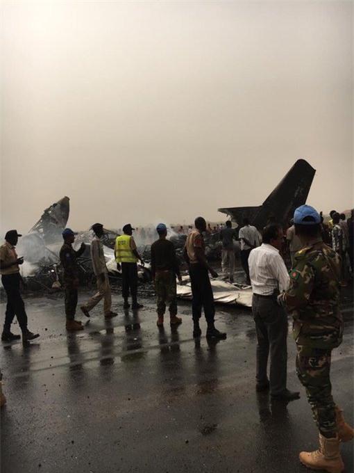 NÓNG: Máy bay chở 44 người gặp tai nạn vỡ tan tành và bốc cháy dữ dội - Ảnh 2.