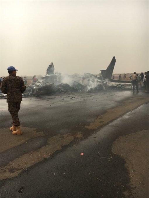 NÓNG: Máy bay chở 44 người gặp tai nạn vỡ tan tành và bốc cháy dữ dội - Ảnh 3.