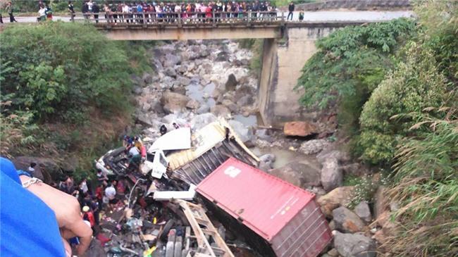 ô tô lao xuống suôi, tai nạn giao thông