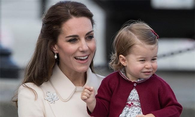 Tiết lộ người bí ẩn chuẩn bị váy áo cho tiểu công chúa nhà Công nương Kate - Ảnh 1.