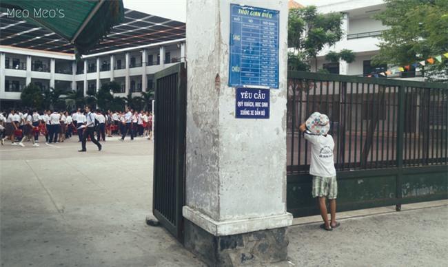 Trong sân trường là học trò áo trắng tung tăng, ngoài cổng trường là một khoảng lặng - Ảnh 1.